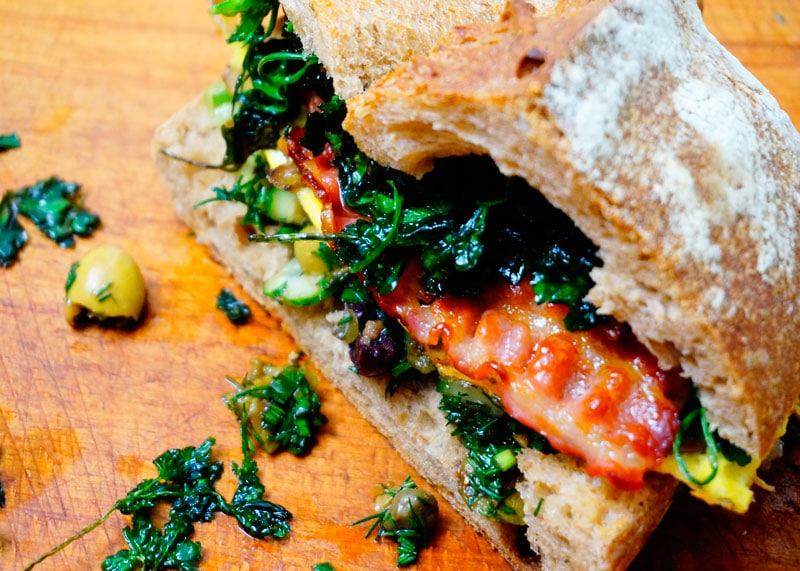 Сэндвич с фриттатой и салатом из оливок фото