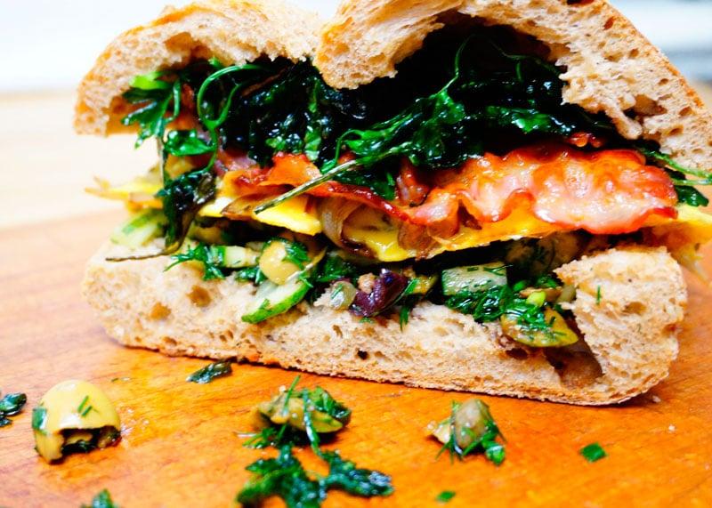 Сэндвич с салатом из оливок и фриттатой фото