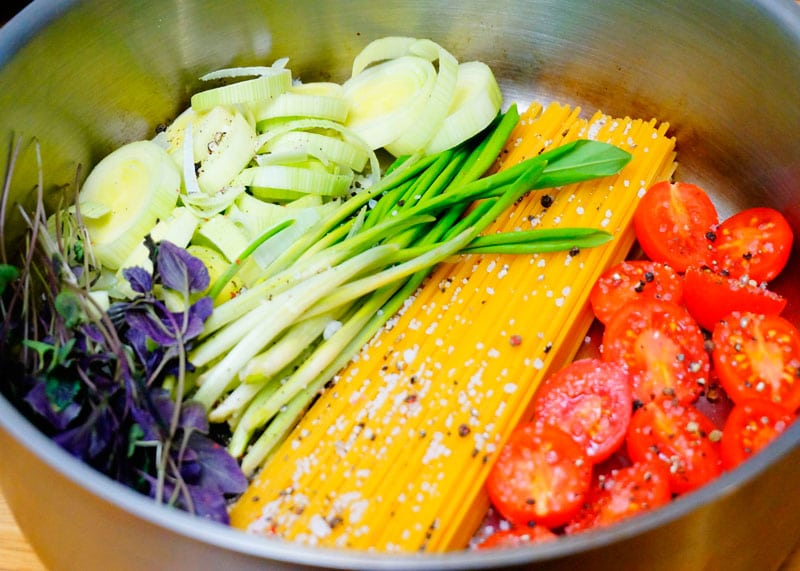 Спагетти с овощами и зеленью фото