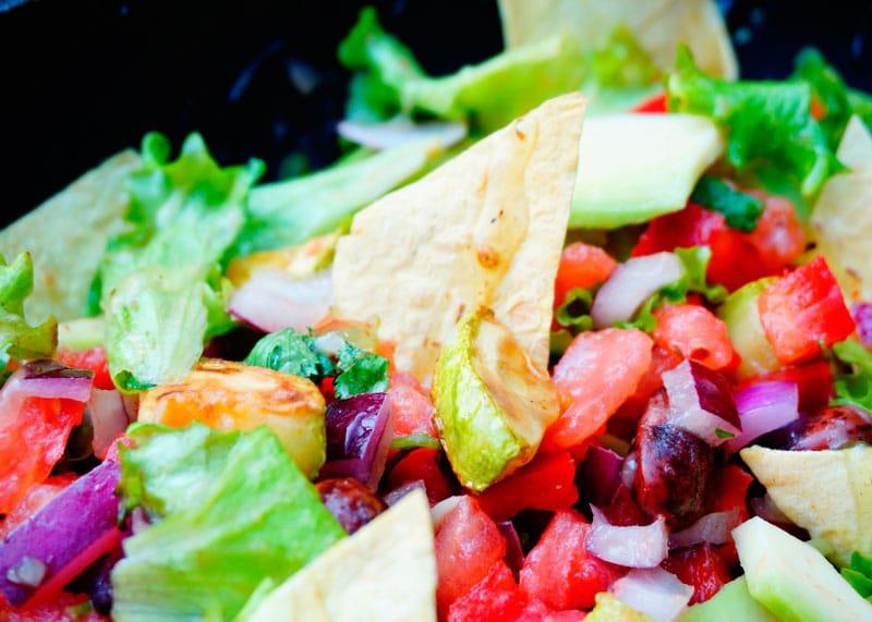 Мексиканский салат с кукурузными чипсами фото
