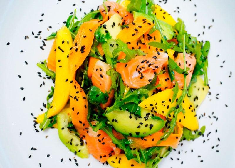 Рецепт салата из лосося и манго фото