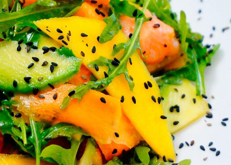 Салат из лосося и манго фото