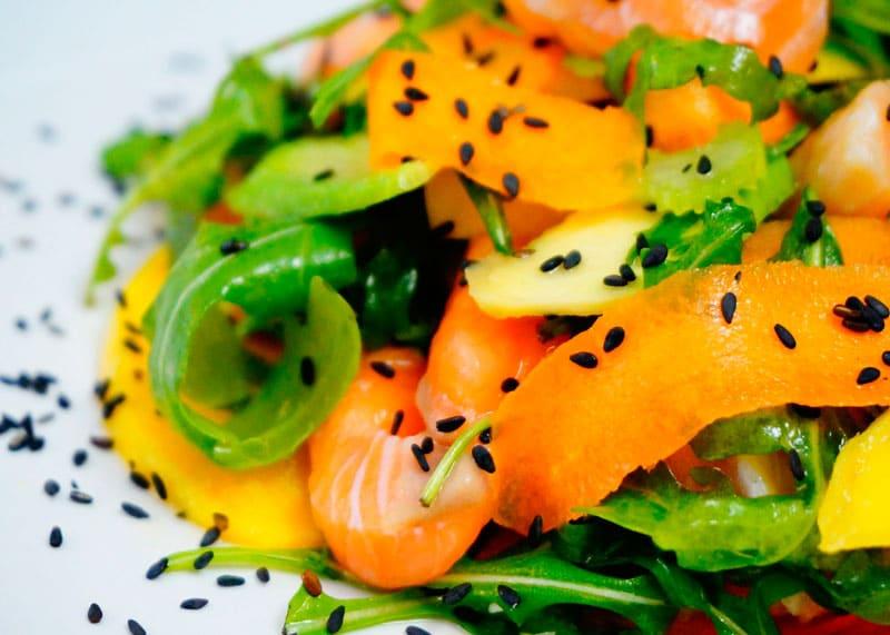 Салат из маринованного лосося и манго фото