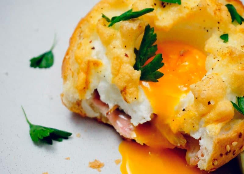 Яйца Орсини на белом хлебе фото