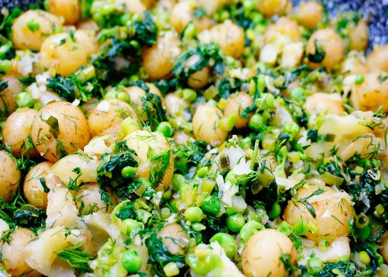 Молодой картофель со шпинатом фото