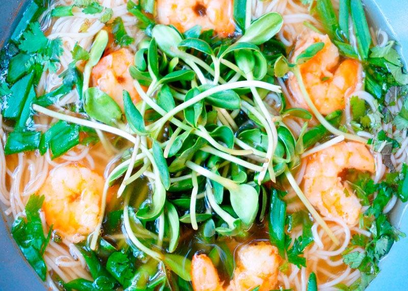 Китайский суп с лапшой и креветками фото