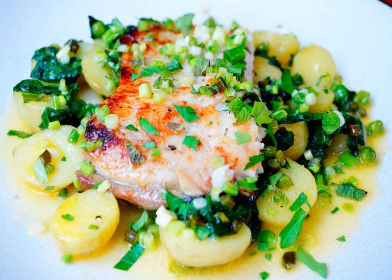 Белая рыба с теплым салатом фото