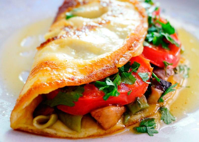 Омлет с овощным рагу и помидорами фото