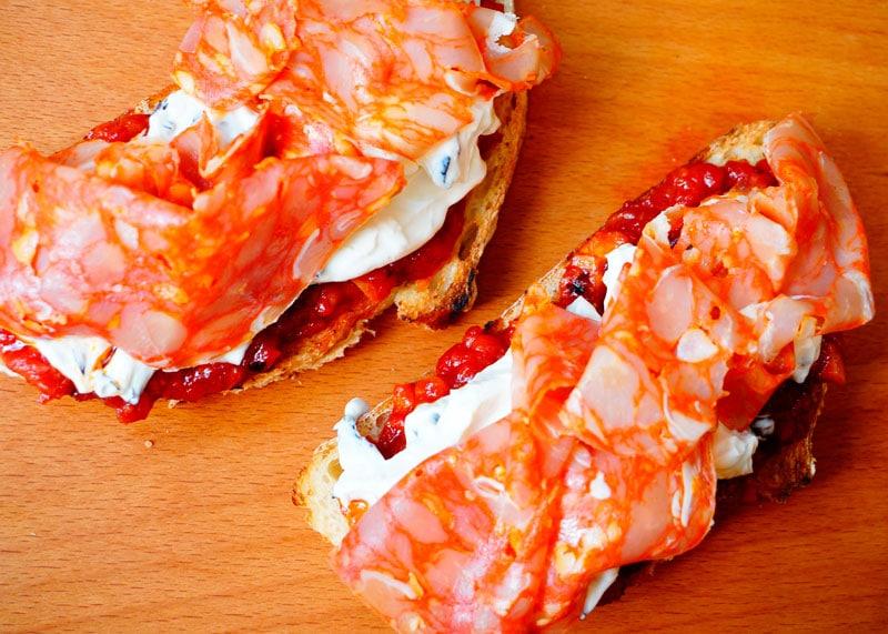 Бутерброды с крем-сыром и чоризо фото