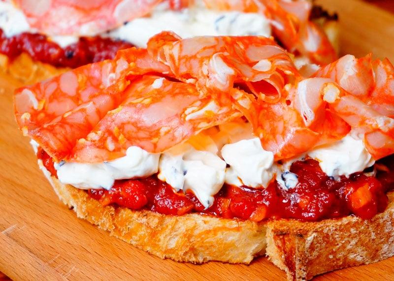 Бутерброды с крем-сыром и чоризо рецепт фото