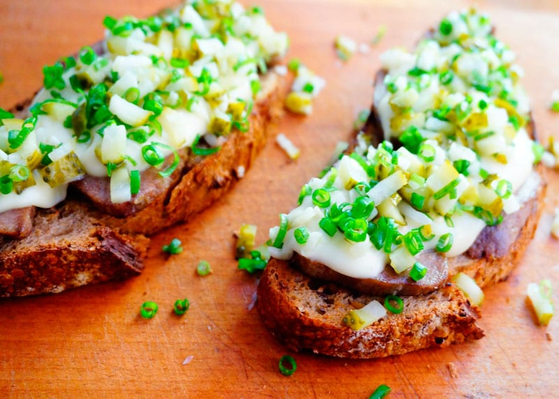Рецепт Бутерброды с языком и соусом морне фото