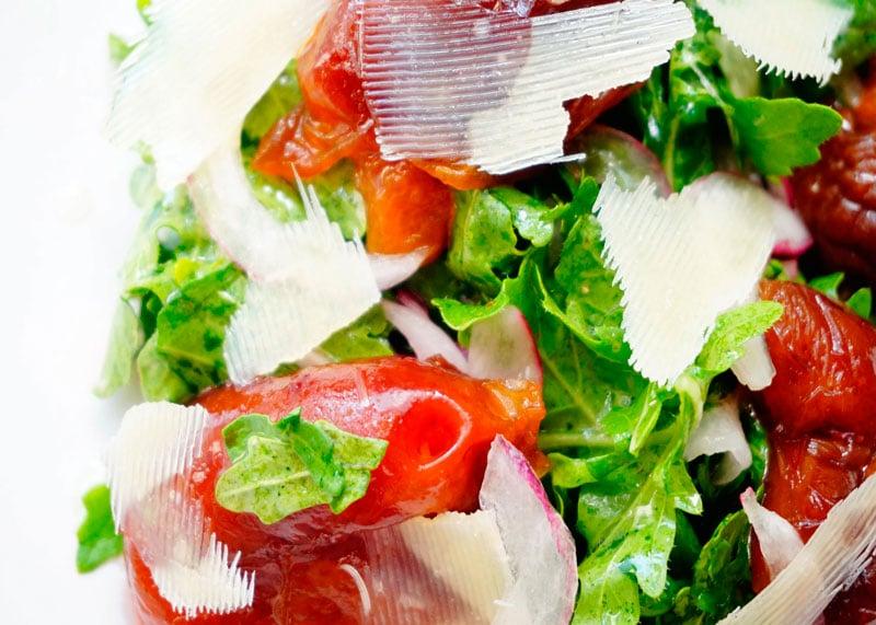Салат из рукколы и маринованных слив фото