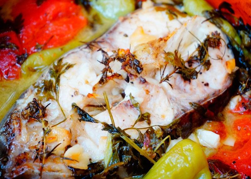 Стейк сома, тушенный с помидорами, чесноком и зеленью рецепт фото