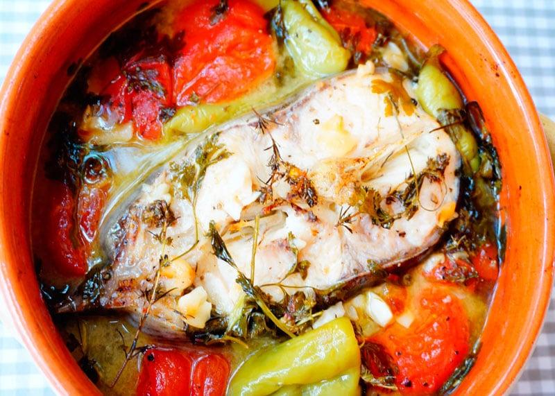Стейк сома, тушенный с помидорами, чесноком и зеленью фото
