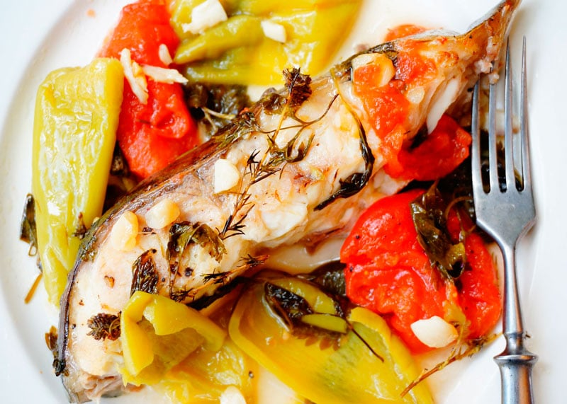 Рецепт стейк сома, тушенный с помидорами, чесноком и зеленью фото