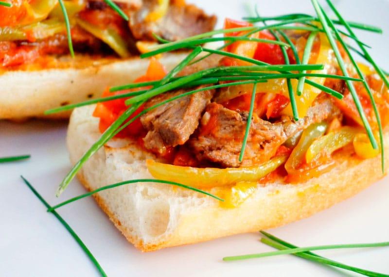 Кростини с говядиной и помидором рецепт фото