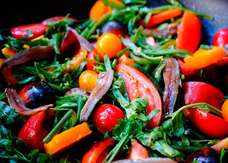 Помидоры, зеленая фасоль, руккола и анчоусы рецепт фото