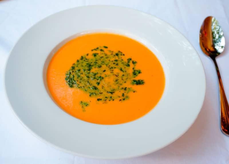 Томатный суп с зеленым песто фото