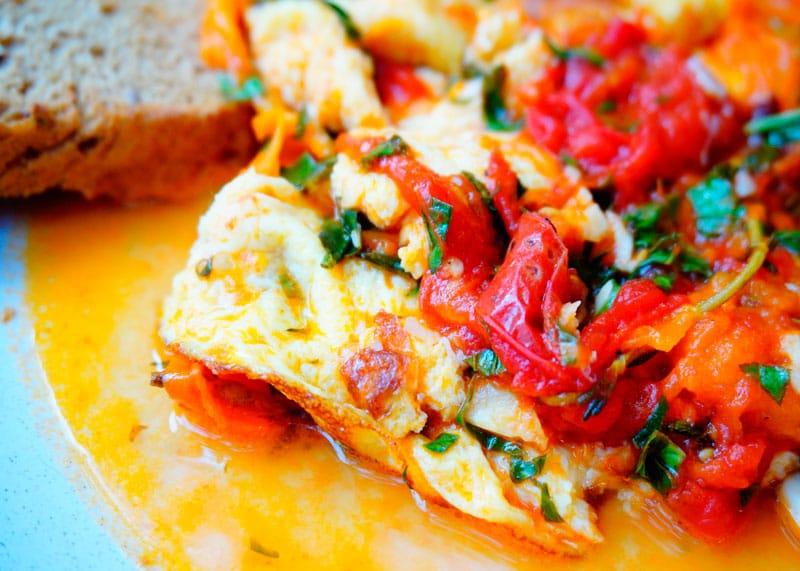 Яичница с томатным соусом фото