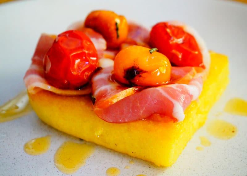 Полента с беконом и помидорами приготовление фото