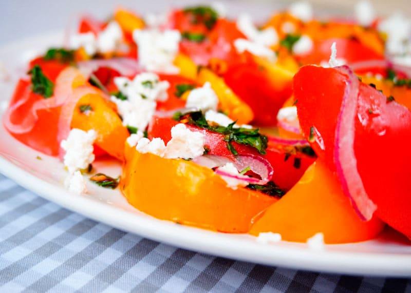 Салат из помидоров с фетой и фисташками фото