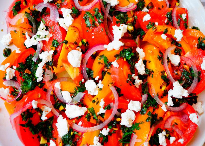 Салат из помидоров с фетой и фисташками приготовление фото