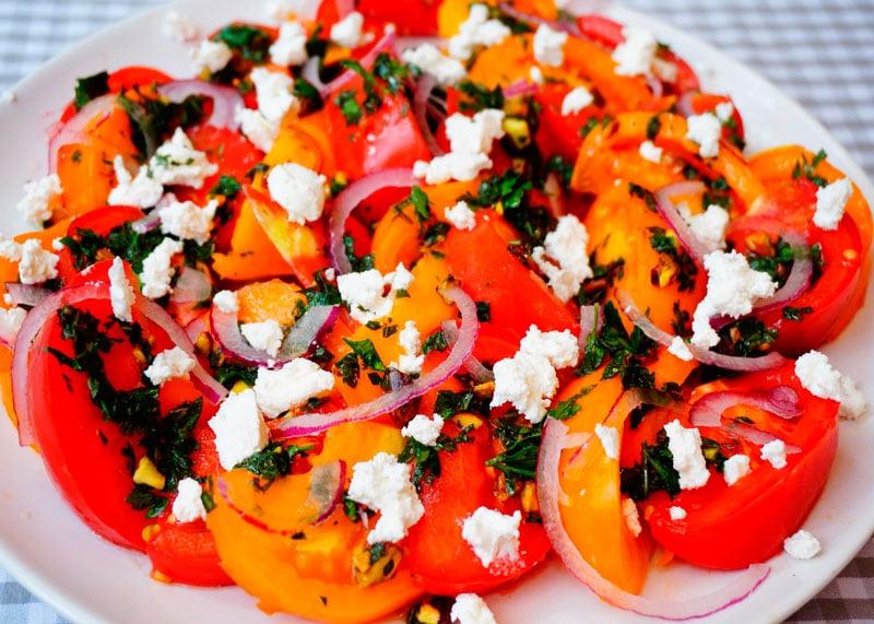 Салат из помидоров с фетой и фисташками рецепт фото