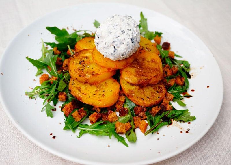 Салат из запеченного картофеля и рукколы фото