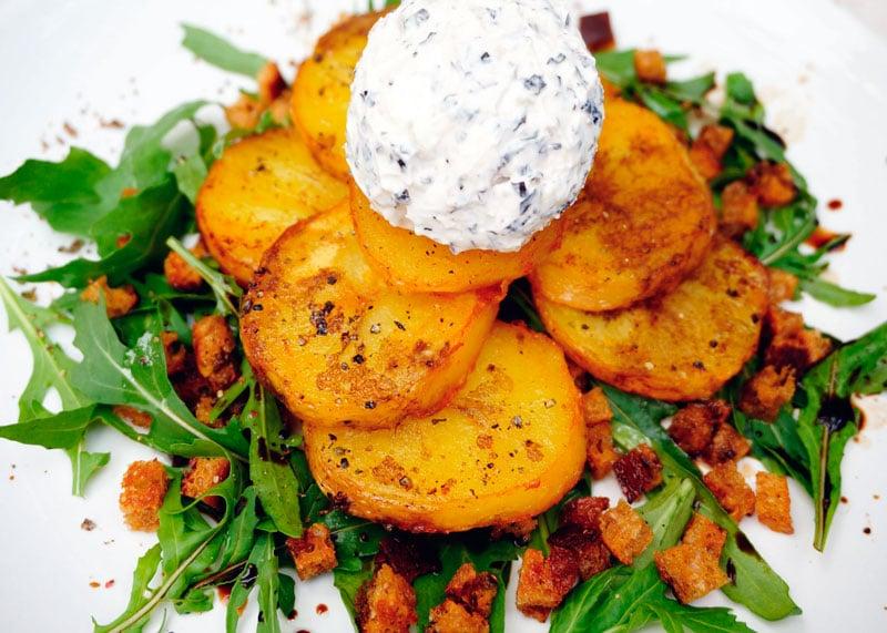 Салат из запеченного картофеля и рукколы рецепт фото