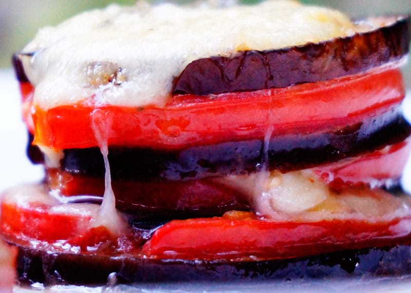 Закуска из баклажанов, помидоров и моцареллы фото