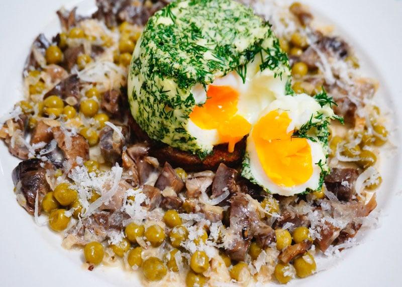 Яйца в кокотницах с маслятами приготовление фото