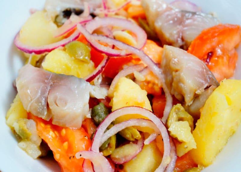 Салат с картофелем и скумбрией фото