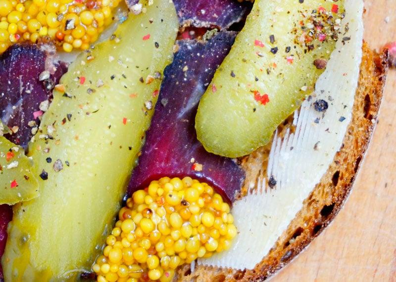 Тосты с брезаолой и корнишонами рецепт фото