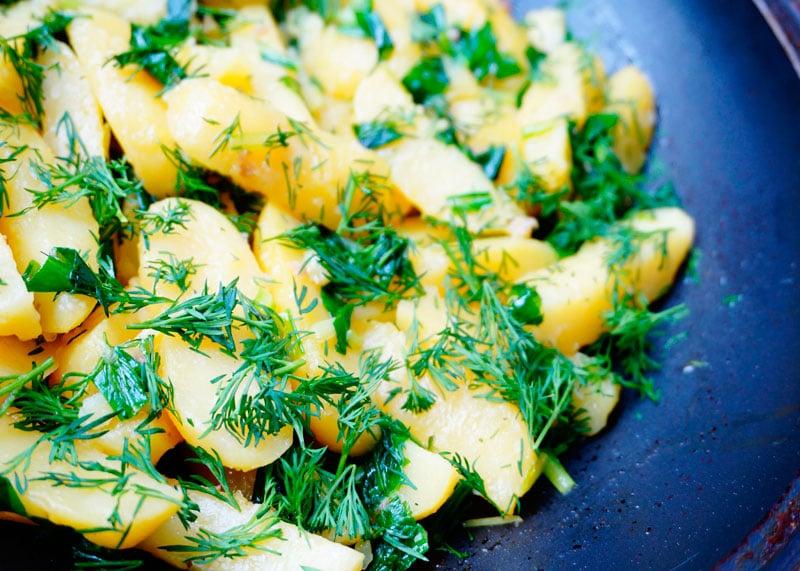 Картофель с черемшой и анчоусами фото