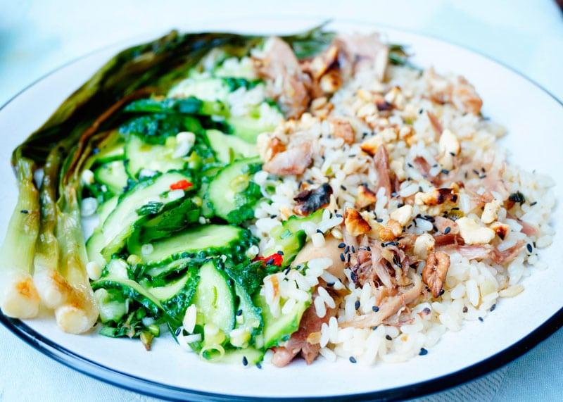 Рис с кусочками курицы в азиатском стиле фото