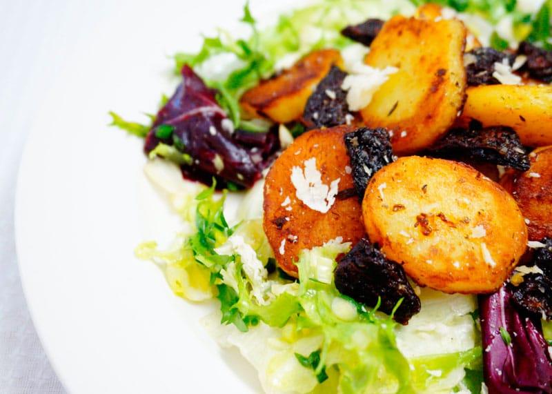 Салат с картофелем и вялеными помидорами фото