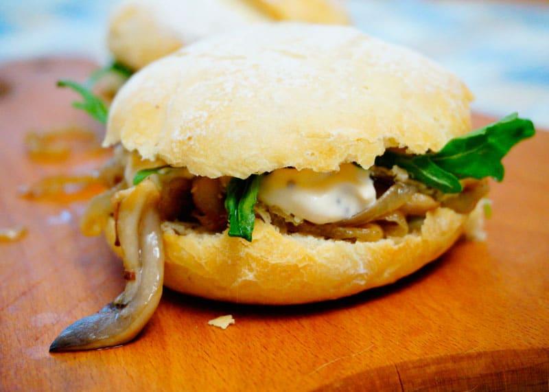Чисбургер с грибами и рукколой фото