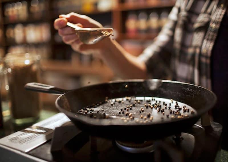 Обжаренные семена кориандра фото