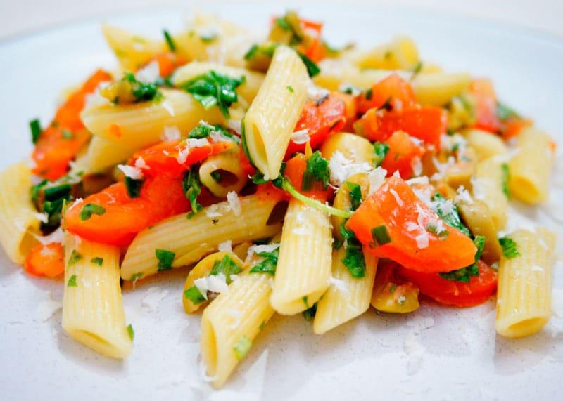 Паста пенне с помидорами и зеленым чесноком рецепт фото