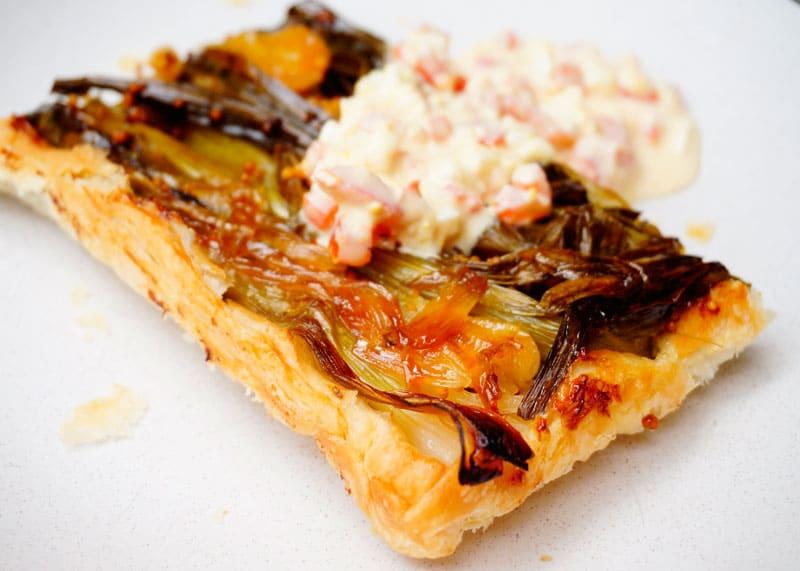 Пирог с карамелизированным зеленым луком рецепт фото
