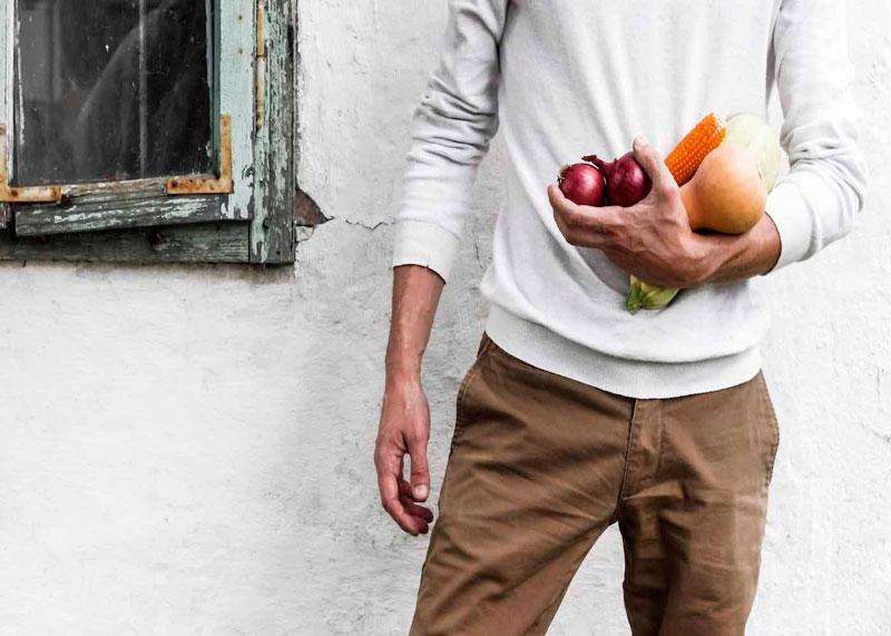 Мужчина с овощами фото