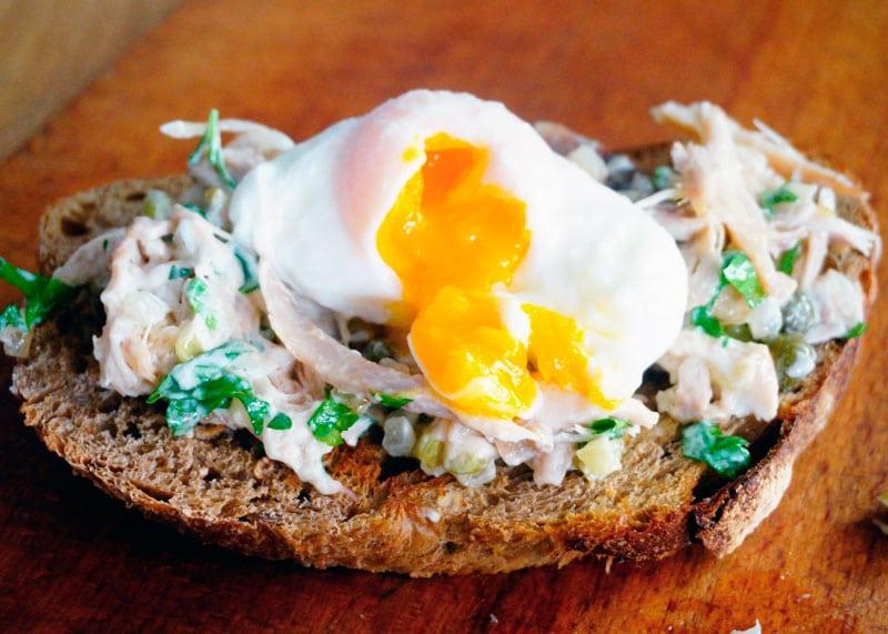 Открытый сэндвич с соусом из кролика фото