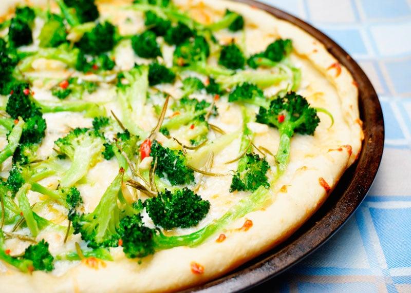 Пицца с брокколи и розмарином фото