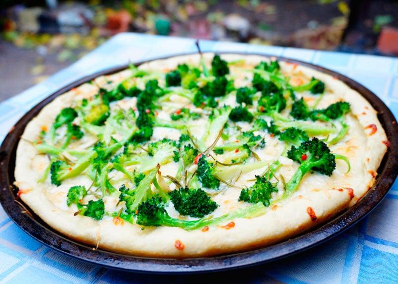 Пицца с брокколи и розмарином рецепт фото