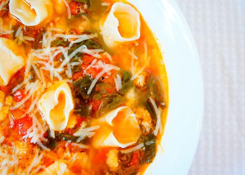 Томатный суп с тортеллини фото
