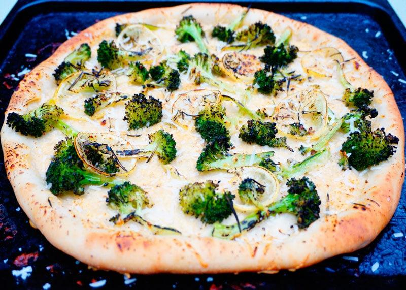 Пицца с брокколи и лимоном рецепт фото