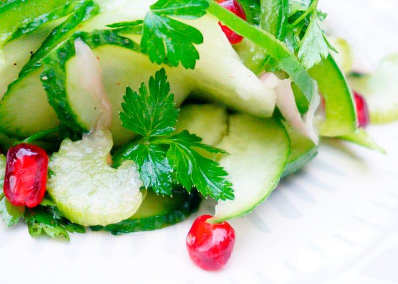 Салат с сельдереем и зернами граната фото