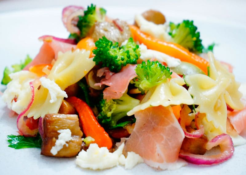 Салат из пасты, брокколи и сладкого перца приготовление фото