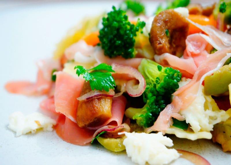 Салат из пасты, брокколи и сладкого перца фото