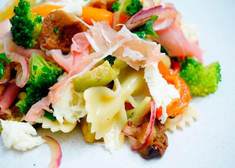 Салат из пасты, брокколи и сладкого перца рецепт фото